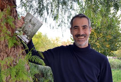 Carlos opina que lo bueno de la minificción es que se puede leer en cualquier momento  y sitio