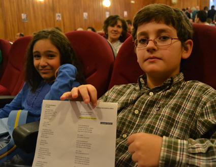 Alumnos de Víznar muestran los poemas de Lorca que leerían a los asistentes / A. A.