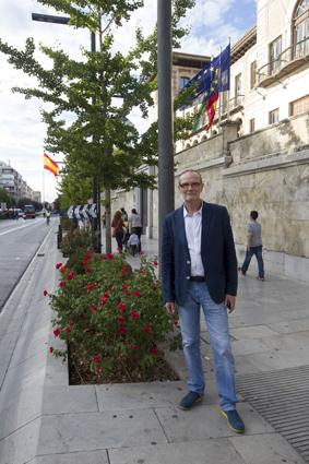 El nuevo presidente de ADIDE Federación a las puertas de la Delegación Territorial de Educación de Granada