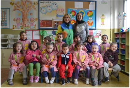 Mª Carmen con grupo de alumnos y la maestra en prácticas, Sofía Sierra /A. A.