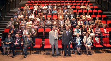 Los asistentes en el Teatro de Caja Granada, tras la conferencia de Manuel Lorenzo/ A.A.