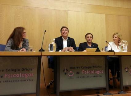En un momento del acto de la presentación de 'La odisea de Julia' en Granada