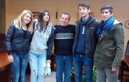 Los alumnos italianos con el alcalde del municipio, Juan de Dios Moreno