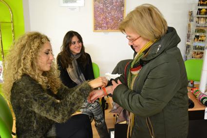 Elena Ladrón de Guevara coloca una pulsera a una de las usuarias