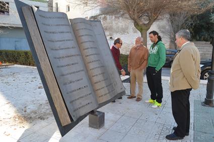 Rafael Moya, junto al 'monumento-libro' colocado en la plaza 21 de noviembre de Cuevas del Campo