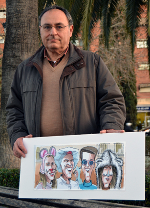Ramon Carlos Válor con otra de las obras de la exposición