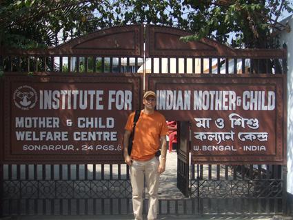 Fernando Mesquida junto a la puerta del IIMC