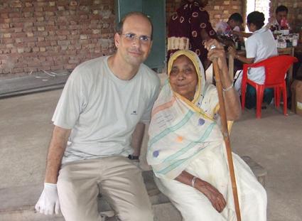 El autor con una anciana a quien pudo atender en uno de los centros ambulatorios del IIMC