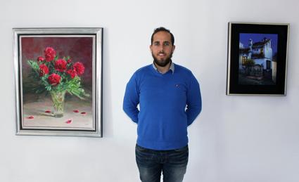 Alberto López entre las 'Peonías' de Guzmán Capel y 'Un naranjo en la fuente' de Luis Romero