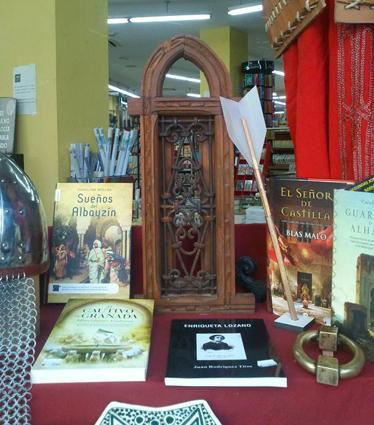 Escaparate recreacinonista montado en la librería Babel de Granada