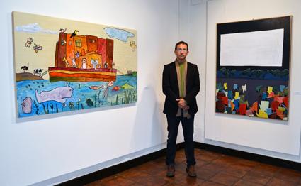 Morego entre 'El castigo de Dios' y su cuadro dedicado al cine Bellavista