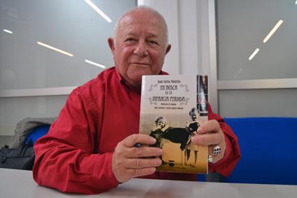 Juan Carlos Mantilla muestra orgulloso la portada de su libro