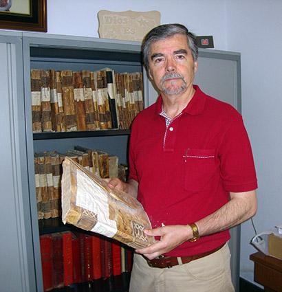 El autor en el archivo parroquial de Montejícar