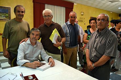 Antonio Castillo y Ricardo Ruiz, junto al autor y montejiqueños asistentes al acto/ A. A.