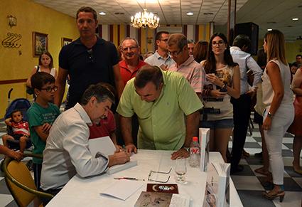 Juan Rodríguez Titos dedica ejemplares del libro