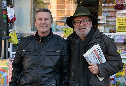 Antonio Luis, junto a José, su quiosquero de la plaza Fontiveros