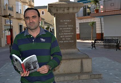 Gustavo García junto a la cruz que en memoria de todas las personas que dieron su vida por este país /A.A.