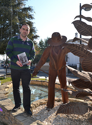 Gustavo García, junto al monumento al tabaquero/A.A.