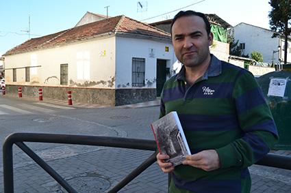 Gustavo García ante la casa del pueblo que empezó a construirse en el período estudiado/A.A.