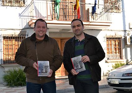 Gustavo García (dcha) junto al alcalde de Cúllar Vega, Jorge Sánchez, autor del prólogo /A.A.