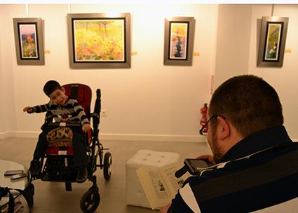 Miguel Echevarria lee su cuento a su hijo todos los días