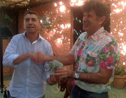 El alcalde de Padul, Manuel Alarcón, entrega a Miguel Ruiz de Almodovar el Mamut en el acto de hermanamiento