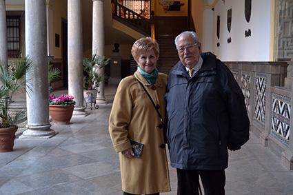 Pepe Arregui y su esposa, Mercedes Díaz, en el patio del ayuntamiento de Granada/A.A.