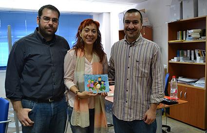 Encarni Barragán junto a los editores de Nazarí, Alejandro Santiago y Paolo Remorini