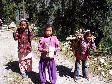 Tres niñas nepalíes fotografiadas por Gloria Osuna