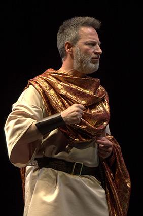 José Montes, en un momento de su interpretación del papel de Asaf en la obra las Palabras en la Arena/ RAFAEL MORALES
