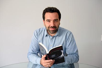 Pedro Marín con su primera novela