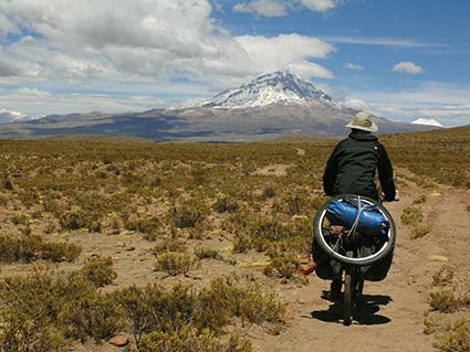 Salva Rodrgiuez y al fondo el Volcán Sajama