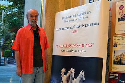 Antonio Morell, junto al cartel de la obra instalado en el vestíbulo del Teatro Isabel la Católica/A.A.