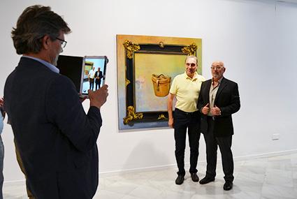 El pintor es fotografiado por el diputado, José Torrente/A.A.