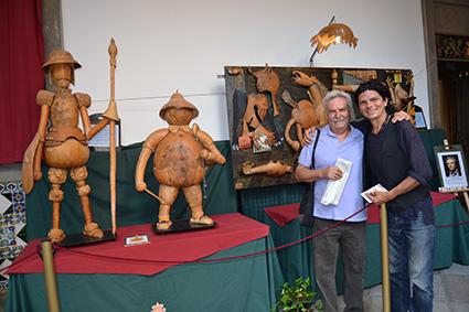 Un visitante se hace una foto junto al artista y su obra/A.A.