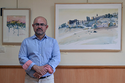 Juan Pedro Linares ante dos de sus acuarelas expuestas en el Centro Artísticon/A.A.