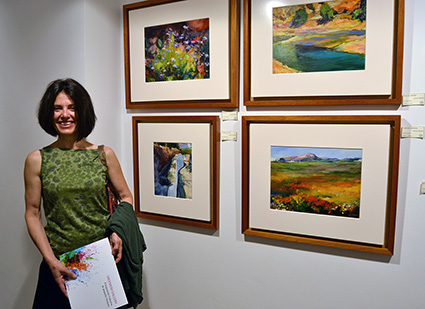 Gracia Velasco, ante varias de sus obras expuestas