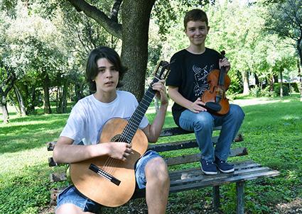 Alejandro Moreno y Pedro Saavedra, en los jardines de la Facultad de Ciencias de Granada/A.A