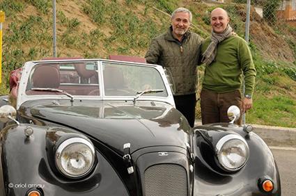 El hijo de Juan Hurtado junto al presentador Xavier Sardá y el vehículo adquirido a la firma granadina