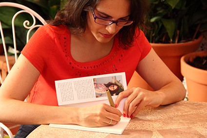 María Jesús Ortíz dedica un ejemplar de su libro/IGOR OYA