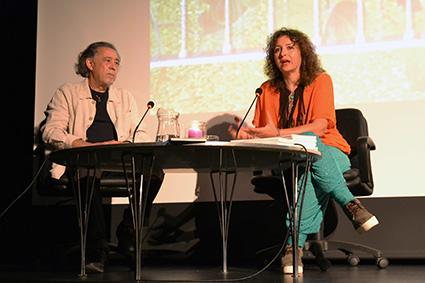 Arabella-Siles y el poeta Pedro Enriquez durante la presentación en Granada/A.A.