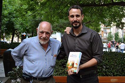 Matias Freudenthal y Miguel Ángel Angulo. en la calle Alhamar de Granada/A. A.