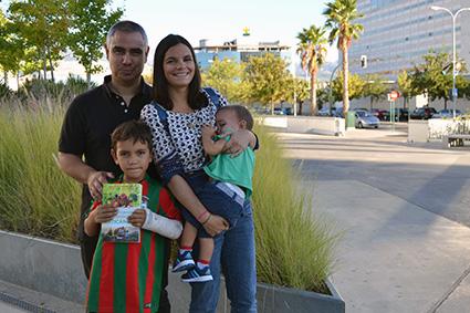 Odile Fernnandez, junto a su marido y sus dos hijos, la tercera viene de camino/A.A.