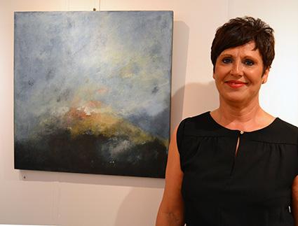 Soledad Flores junto a una de sus obras expuestas/A.A.