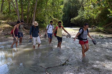 Los participantes cruzan el rio Genil/A. A.