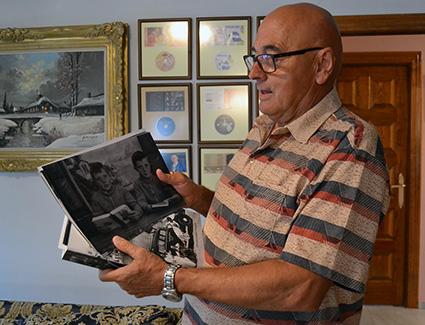 Francisco Jiménez muestra una foto y el libro publicado/A.A.