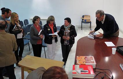 Francisco Arredondo firma ejemplares de la obra /ENCARNA SÁNCHEZ NAVAS
