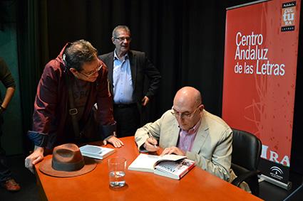 Juan Mata dedica un ejemplar/A.A.