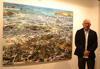 Diego Canca y su cuadro dedicado a la playa ceutí de Calamocarra/A.A.