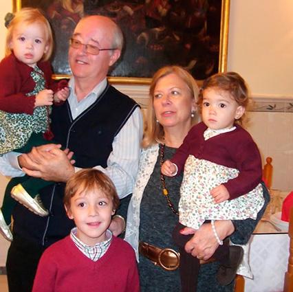 El autor del artículo con su esposa y nietos